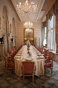 Ideas for Decorating an Elegant Dining Room Elegant Dining Room, Dining Room Design, Dining Rooms, Deco Disney, Parisian Wedding, Formal Wedding, Dinner Table, Dinner Chairs, Fine Dining