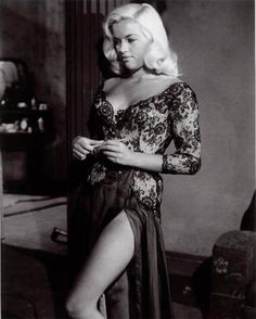 The English Diana Dors does Hollywood glamour Old Hollywood Glamour, Vintage Glamour, Vintage Hollywood, Vintage Beauty, Classic Hollywood, Hollywood Divas, Hollywood Style, Hollywood Icons, Vintage Tv