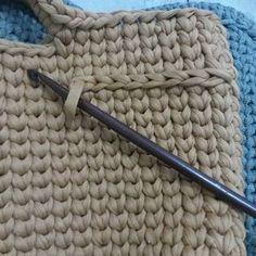 Detalhes que fazem diferença #crochet #crocheteiras #crochetneedle #crochet #crocheting #crochetlove #croche #crochetyarn #yarnlove #yarn #knitting #knit #trapillo #trama #ganchillo #ganchilloxxl #penyeip #feitoamao #handmade #euamocroche #euquefiz #craft #bolsadefiodemalha #bolsotrapillo #bolsadecroche