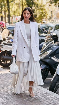 This Skirt Is the Essential Ingredient in Every Fashion Girl's Autumn Uniform Total look white with pleated skirt Zara Pleated Skirt, Pleated Skirt Outfit, Metallic Pleated Skirt, Skirt Outfits, Star Fashion, Girl Fashion, Fashion Goth, All White Outfit, Blazer Outfits