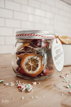 Make this easy Christmas stovetop potpourri for your friends and neighbor gifts! Its the perfect neighbor gift! They will be thrilled when they receive it! Make it with simple ingredients and take advantage of the FREE stovetop potpourri gift tags! Homemade Potpourri, Potpourri Recipes, Homemade Gifts, Easy Homemade Christmas Gifts, Diy Food Gifts, Neighbor Christmas Gifts, Handmade Christmas Gifts, New Neighbor Gifts, Simple Christmas