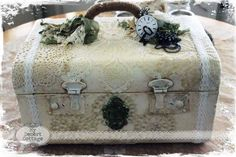 ❤°(¯`★´¯)Shabby Chic(¯`★´¯)°❤. My Desert Cottage**: Traincase Makeover Vintage Suitcases, Vintage Luggage, Vintage Crafts, Vintage Decor, Vintage Diy, Diy Projects To Try, Craft Projects, Suitcase Decor, Decoupage Suitcase