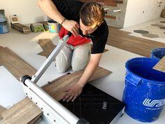 Mnohí sa nás pýtajú ako dokážeme tak presne rezať. Odpoveď je jednoduchá, používame tie správne nástroje.  #designflooring #čistenie #vinyl #vinylovapodlaha #podlaha #podlahy #dizajn #interer #byvanie #architektura #dom #byt #luxus #vlhkost #kupelna #kuchyna #obyvacka #spalna #drevo  #oprava #servis #vymena #lamela #pes #psy #zvieratá #dieťa #deti #balenie #preprava Home Appliances, House Appliances, Appliances