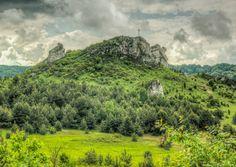 Góra Biakło na Wyżynie Krakowsko-Częstochowskiej, pomiędzy Olsztynem a Biskupicami