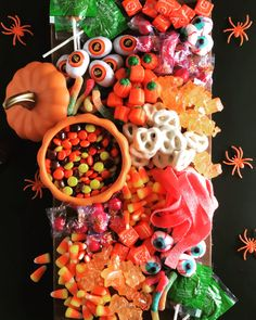 Halloween will soon be here! Halloween is full of frightening desserts and decorations. In this case, we need to create the best Halloween dessert table ever. Use Halloween-themed dessert tables to add some holiday fun, perfect for boys'Halloween par Halloween Desserts, Entree Halloween, Halloween Dessert Table, Bonbon Halloween, Dessert Table Decor, Halloween Appetizers, Halloween Food For Party, Halloween Candy, Easy Halloween