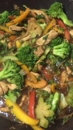 Pollo con brócoli y pimientos morrones.