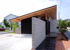 種別:住宅関連,所在地:茨城県水戸市,紹介文:敷地が細長い形であったこともあり、全長約20mのなが~い1枚屋根で家族の様々な生活シーンを緩やかに繋ぐオープンでシンプルな平屋の家を提案しました。 長手方向に諸室を並べ、それらを通路ともなる通り土間やウォークスルーのクローゼットで繋いだだけの極めてシンプルなプランは、風通しが良く、自由で、季節や時間帯によって異なる様々な生活シーンを柔軟に受入れてくれます。 自然の風や光を効率的に取り込めるよう、窓やトップライトなど開口部の位置や大きさを厳選したほか、土間スペースを設け、夏はここを中心にヒンヤリと温度を下げ、冬は直下に設置した床暖房の熱を蓄熱するなどの工夫も施しています。 素材は無垢の木材や漆喰など、安全かつ美しく歳を重ねる自然素材が中心です。 外構の塀を敷地境界よりも敢えて後退させ、塀の高さを抑えることで生まれたオープンな庭は、以前の畑のような癒しを近隣に与え続けています。