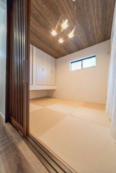 おしゃれな和室は、和のテイストを取り入れたパナソニックベリティスの「格子戸デザインの引き戸」 Internal Sliding Doors, Laundry Room Design, Japanese House, Dojo, Sweet Home, Indoor, Natural Interior, Furniture, Home Decor