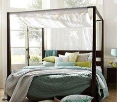 Déco chambre blanche avec lit à baldaquin |