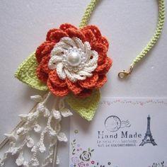 オレンジ色の花のバッグチャーム