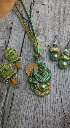 Soutache set with earrings and necklace Dori Csengeri style Handmade Beaded Jewelry, Boho Jewelry, Jewelery, Jewelry Design, Fashion Jewelry, Handmade Necklaces, Soutache Pendant, Soutache Necklace, Shibori