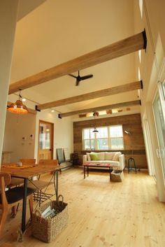 真っ白い漆喰の壁に北欧漂う平家&ナチュラルのおうち Interior Decorating, Interior Design, Home And Deco, Minimalism, Lounge, Living Room, Architecture, Table, Wood Flooring