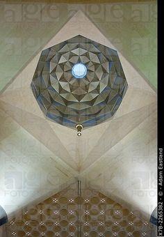 Doha.  Qatar.  Museo de Arte Islámico diseñado por IMPei.  Interior ápice de la…