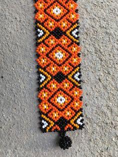 Pulsera Huichol de Peyote naranja por NakaweMX en Etsy Beaded Earrings Patterns, Bead Loom Patterns, Beading Patterns, Beard Jewelry, Fabric Origami, Native American Beadwork, Seed Bead Bracelets, Beading Tutorials, Loom Beading