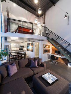 Loft com pequeno escritório  embaixo da escada.