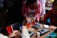 El dólar en el mercado paralelo de Venezuela superó el lunes el umbral de los 2.000 bolívares, según el portal estadounidense dolartoday.com, tras una subida de un 40 por ciento en un mes marcado por la tensión política.</p> <p>Si bien el Gobierno socialista del presidente Nicolás Maduro sostiene que el dólar paralelo es de uso marginal y acusa a los portales que publican su precio ...