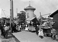 Russian fruit merchants at the Hakaniemi maket square in Helsinki 1907- Venäläisiä hedelmäkauppiaita Hakaniemen torilla. Foto: Signe Brander, 1907.