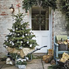blulilly:  (via How to decorate the exterior of your home for Christmas)
