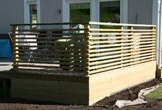 Vägen till vårt hus: maj 2012 Deck Railing Design, Balcony Railing, Deck Railings, Modern Balcony, Modern Deck, Garden Sitting Areas, Outdoor Shelters, Wooden Decks, Wooden Fence