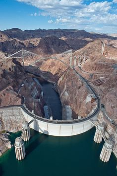 National Landmark in Arizona & Nevada, the Hoover Dam and National Recreation Area, Lake Mead. Las Vegas, Hoover Dam Bridge, Ville New York, Lake Mead, Arizona Usa, Colorado River, Civil Engineering, Places To See, Beautiful Places