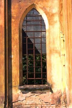 Janela de igreja em ruínas no Centro de Reabilitação Casa Branca.