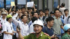 Vietnam riots: China ships to evacuate workers: Protesters chant anti-China slogans during an anti-China protest in Ho Chi Minh city on 18 May 2014