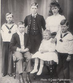 Children of King George and Queen Mary of Britain, back row left to right Henry ,Edward, Mary and front row Albert, John and George. Queen Victoria Family, Princess Victoria, Princess Mary, Roi George, King George V, Reine Victoria, Victoria Reign, Prince Henry, Prince Of Wales