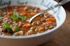 Zupa z soczewicą i pęczakiem - sycące i bardzo pożywne danie dla całej rodziny.