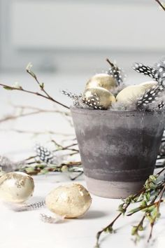21 Gold & Copper Easter Decorations Ideas Will Amaze You. Gold is one of the traditional colors in holiday decor, and especially in Easter decor. Diy Easter Decorations, Christmas Gift Decorations, Easter Table, Easter Eggs, Yule, Diy Osterschmuck, Diy Ostern, Easter Parade, Easter Celebration