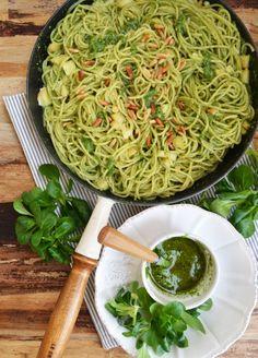 Spaghetti mit Vogerlsalatpesto und Scamorza