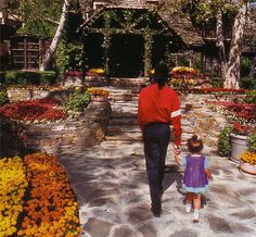 Michael Jackson walking in Neverland Ranch. Michael Jackson Neverland, Paris Jackson, Michael Jackson Fotos, Michael Jackson House, Michael Jackson Dangerous, Harry Benson, Neverland Ranch, Mj Dangerous, Valley Ranch