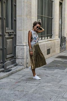 What a great way to wear a metallic pleated skirt! Love this outfit Pleated Skirt Outfit, Metallic Pleated Skirt, Pleated Skirts, Long Skirts, Gold Skirt Outfit, Casual Skirt Outfits, Printed Maxi Skirts, Lace Skirt, Skirt Fashion