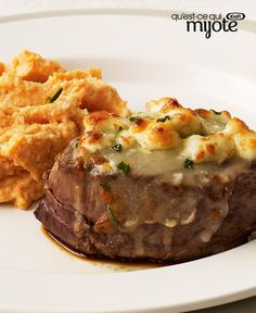 Cheese-Crusted Beef Tenderloin Steaks — Cue the cool jazz. This juicy steak with a savory blue-cheese-and-chive topping has all the makings of a classic night out. Table for two? Kraft Recipes, Beef Tenderloin Steak Recipe, Recipe For 2, Recipe Image, Recipe Box, Cooking For Two, What's Cooking, Steak Recipes, Yummy Recipes