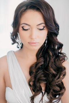 coiffure mariage cheveux long, boucles, couleur de cheveux marron foncé, boucles d'oreilles