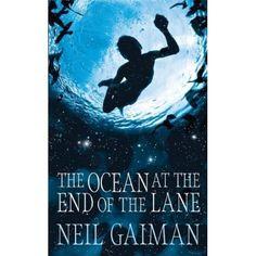 The ocean at the end of the lane. Este libro es una novela sobre la memoria, la magia y la supervivencia, sobre el poder de las historias y la oscuridad dentro de cada uno de nosotros, creada por el poder imaginativo sin precedentes de Neil Gaiman.