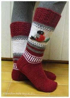 Äitini rakastaa punatulkkuja ja punaista väriä. Siitä se ajatus sitten lähti. Tuo punatulkku on mukailtu Käsitöiden taikaa -blogin ssa tehdy... Sock Toys, Crochet Woman, Dress Sewing Patterns, Yarn Crafts, Knitting Socks, Mittens, Christmas Stockings, Needlework, Handmade
