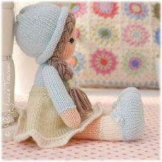 Patrón está escrito en inglés y puede descargarse inmediatamente después de compra. Las muñecas se crean mediante puntadas de punto básico y se trabaja en la ronda sólo se requiere una cantidad mínima de coser y sus sombreros y faldas con volados dolly son completamente transparente (sin coser) Si prefieres a tu muñeca en 2 agujas y costura usted puede encontrar esta versión aquí... https://www.etsy.com/listing/255384465/new-little-yarn-dolls-method-2-doll?ref=shop_home_feat_1 Este patrón…
