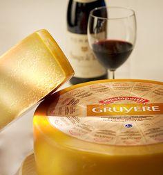 Pitkään kellarissamme kypsytetty juusto Sveitsiläisellä valmistusreseptillä. Sopii erityisen hyvin lämpimiin ruokiin ja gratinointiin makua antamaan.