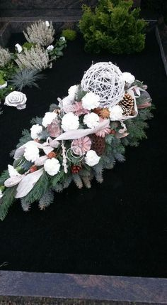 Tropfen Grave Flowers, Funeral Flowers, Diy Flowers, Art Floral, Floral Design, Diy Easter Decorations, Flower Decorations, Cemetery Decorations, Ikebana