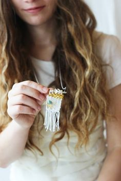 9 Adorable DIY Projects Sure to Put a Smile on Your Face Necklace Tutorial, Diy Necklace, Diy Bracelet, Macrame Necklace, Weaving Projects, Diy Projects, Diy And Crafts, Arts And Crafts, Deco Nature
