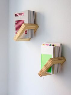 Rien à voir mais ça fait une présentation stylé ! These plywood shelfs are a unique and stylish way to store your magazines - what a great storage solution!