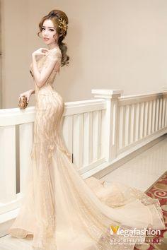 Elly Trần gợi cảm và quyến rũ với mẫu váy đầm dự tiệc đuôi cá màu nude đính cườm tinh xảo