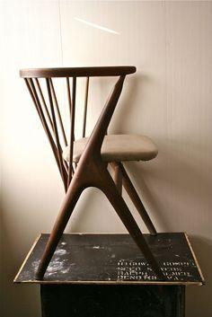 Bonita geometria del respaldo, integra la pata trasera Sibast Mobler Denmark ca 1960s