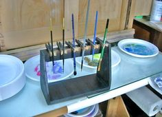 support pour pinceaux en contre plaqué et pince a linge en bois / DIY paint brush holder with clothes pins.