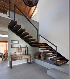 un escalier en bois et métal avec un design moderne