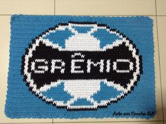 Tapete feito em Croche, medindo aproximadamente 69cm de comprimento por 49cm de altura .