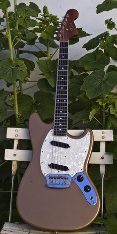 Love this mahogany duo sonic, inspiration for my teisco-sonic build Guitar Rig, Jazz Guitar, Guitar Strings, Music Guitar, Cool Guitar, Unique Guitars, Vintage Guitars, Fender Telecaster, Fender Guitars