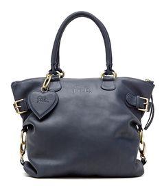 De Lio Bag Small is een handzame tas met een lang schouderhengsel waardoor de tas over de schouder te dragen is. De tas is wederom te dragen als crossbody tas.