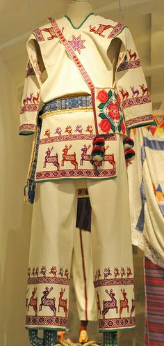 Huichol Clothing Mexico |museo textil de Oaxaca via Karen Elwell. love the Deer border