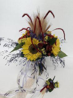 Un #buchetdemireasă încîntător în stil tradițional cu #floareasoarelui, #spicedegrîu și #trandafiri  #Provence #BridalBouguet of #sunflowers, #roses and #wheat Floral Wedding, Wedding Bouquets, Floral Arrangements, Floral Wreath, Wreaths, Bride, Flowers, Wedding Bride, Flower Crowns